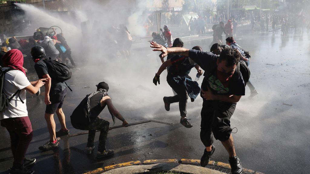 Chile, otro día de furia: Los manifestantes desafían el toque de queda decretado por el Gobierno de Piñera