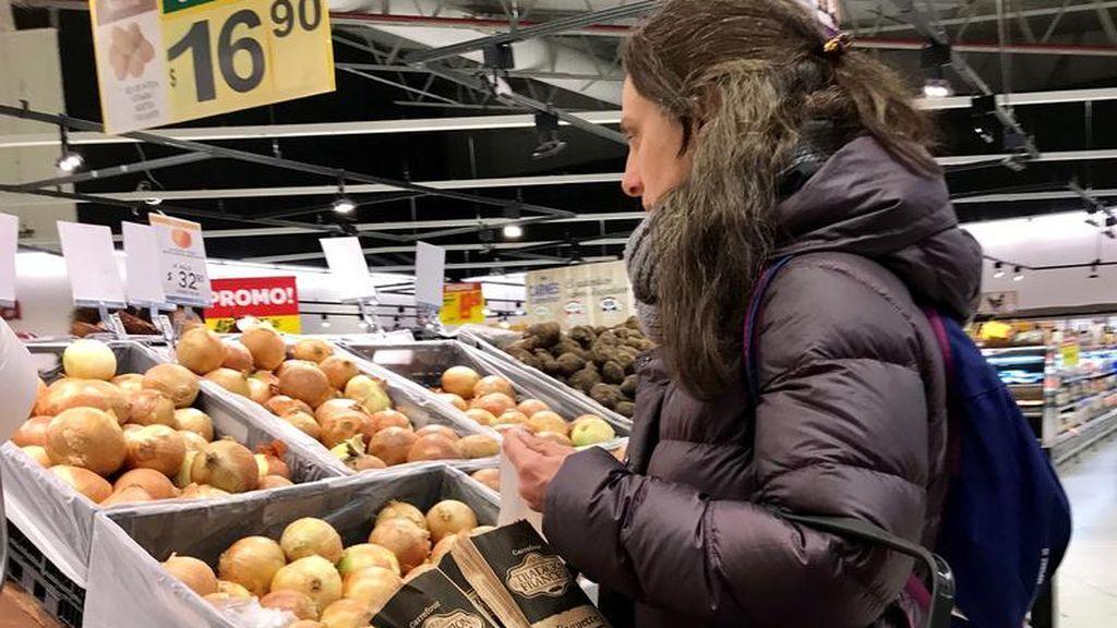 Una mujer compra en un supermercado