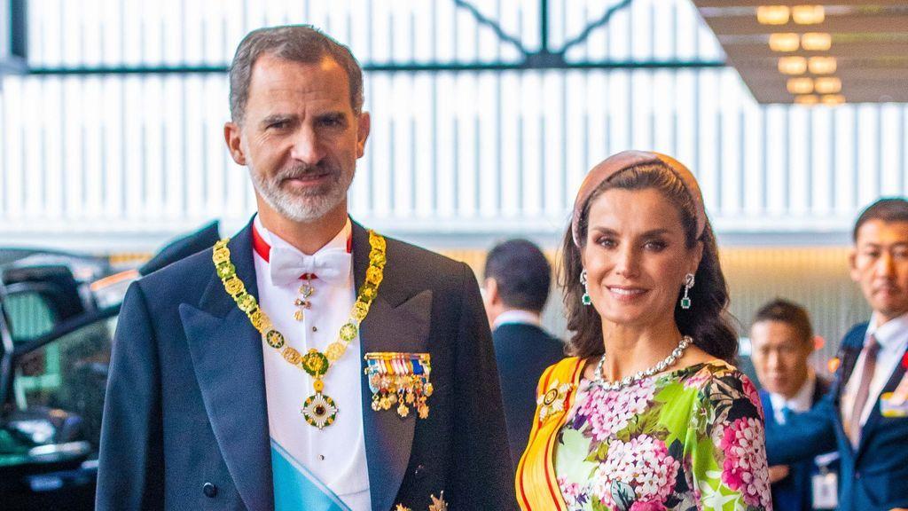 Con diadema, vestido de flores y muy enjoyada: el look de la reina Letizia en la entronización de Naruhito de Japón