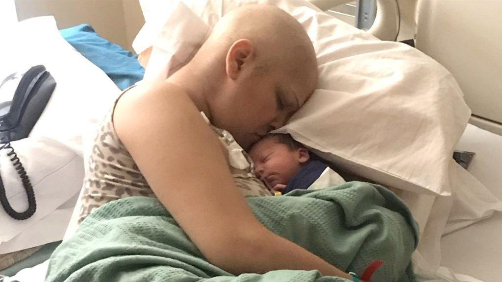 Da a luz a un bebé sano tras someterse durante el embarazo a quimioterapia por cáncer de seno