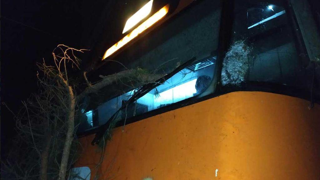 Un tren de cercanía R3 choca contra un árbol cortado intencionadamente en Barcelona