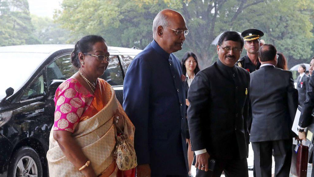 El presidente de India, Ram Nath Kovind, y su mujer, llegando al palacio de Tokio