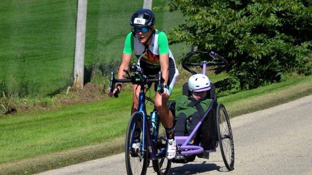 Beth James, la madre de 54 años que acaba una prueba 'Ironman' con su hija parapléjica de 23
