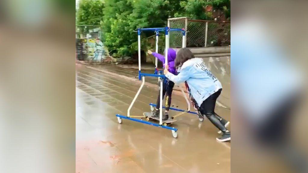 El sueño de Joao: gracias a la lucha de su madre, el pequeño, con parálisis cerebral, hace 'skate' por primera vez