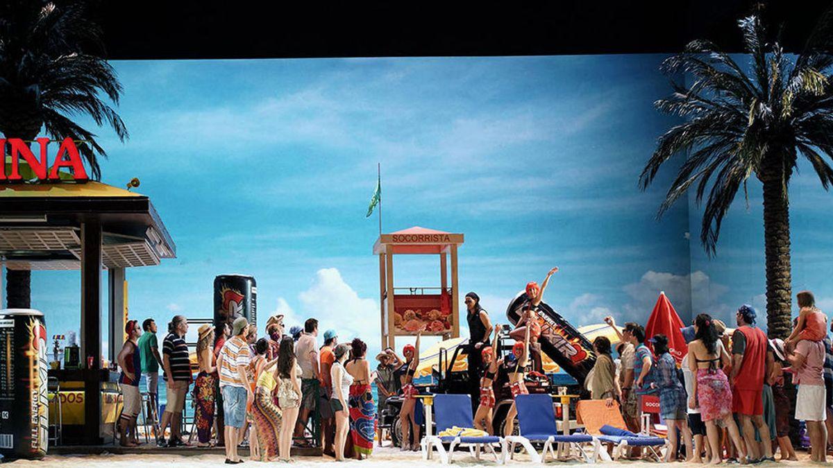El escenario se convierte en una playa en el 'Elixir de amor' del Teatro Real