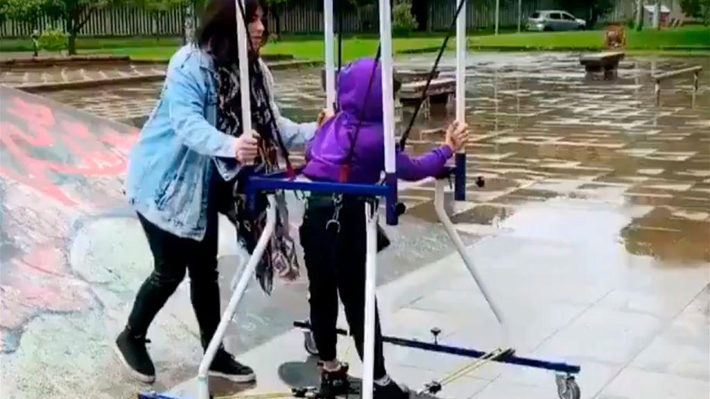 El amor de una madre lo puede todo: su hijo patina con parálisis cerebral