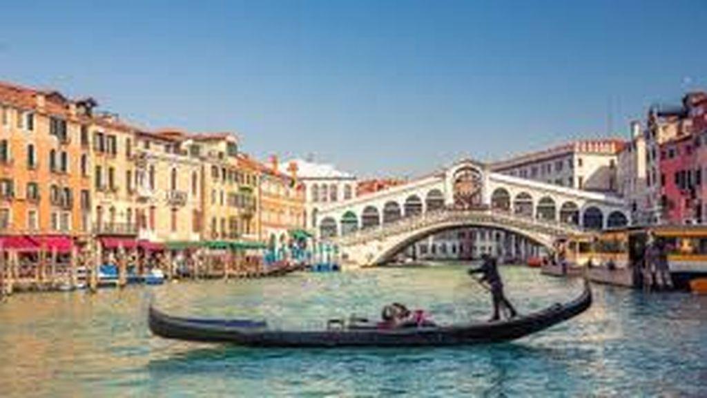 Turista en Venecia 'secuestra' a una empleada de una casa de cambio