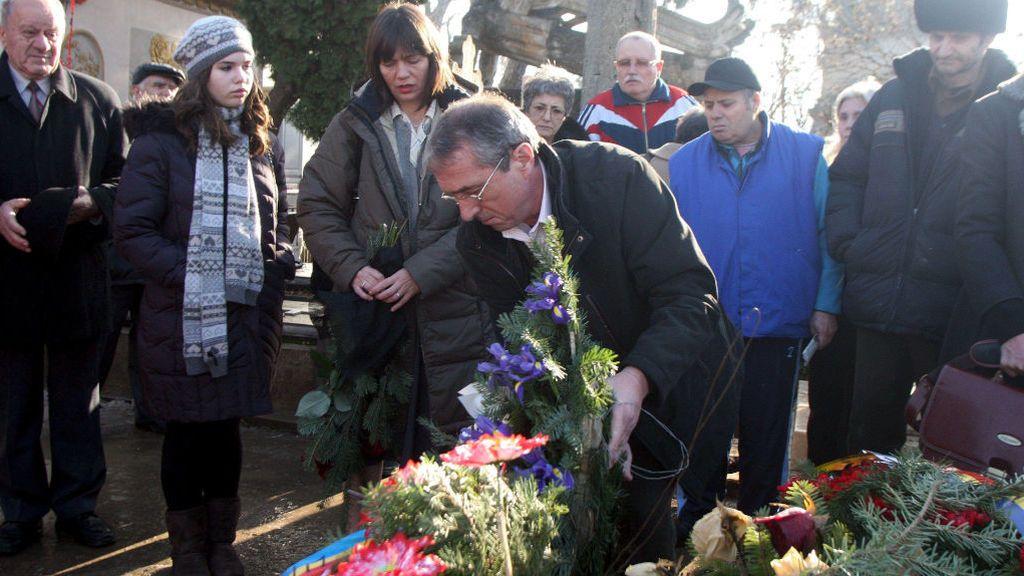La famila de Nicolae Ceausescu, poniendo flores a la tumba del dictador en 2010