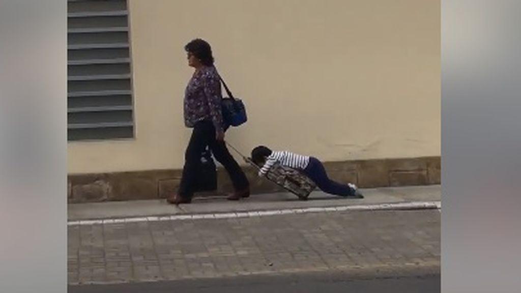 El divertido vídeo de una madre arrastrando a su hijo a la vuelta del colegio que ha conquistado a la Red