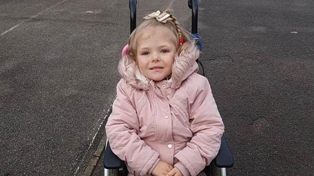 """Traumatiza a una niña de cuatro años en silla de ruedas al gritarle que """"no debería haber nacido"""""""