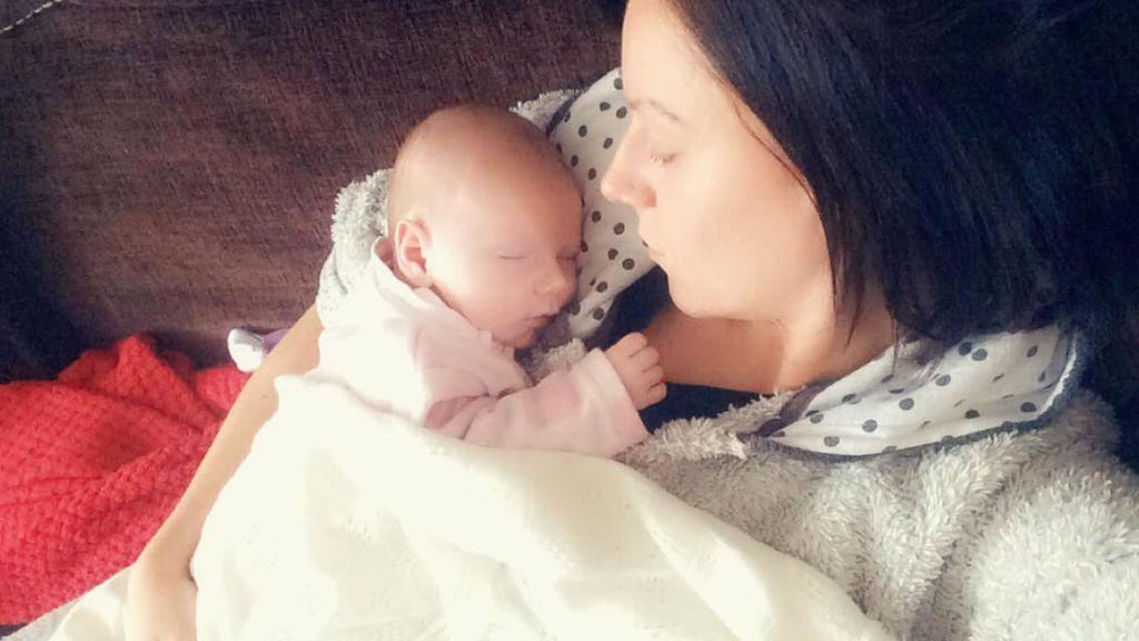 Una madre le gasta una broma a su bebé pintándole unas gruesas cejas cuando dormía