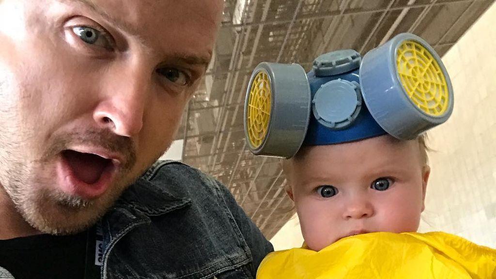 """Aaron Paul explica por qué vistió a su bebé de 'cocinera de Breaking Bad': """"compré el disfraz hace cinco años"""""""