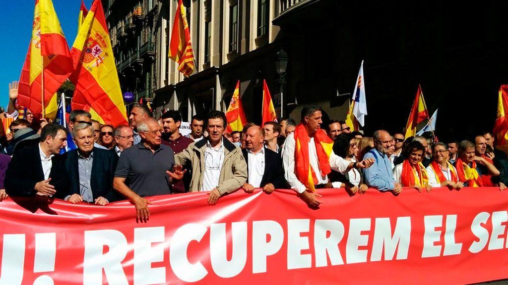El constitucionalismo sale a la calle horas después de que los independentistas tomen la calle