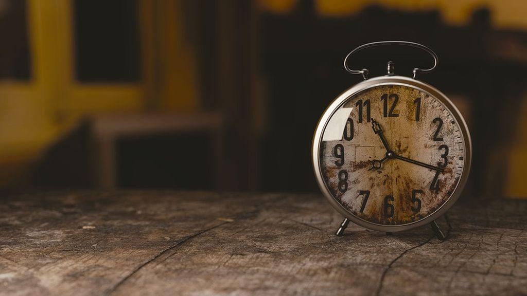 Exponerse a la luz del sol y otros cinco consejos para afrontar el cambio de hora