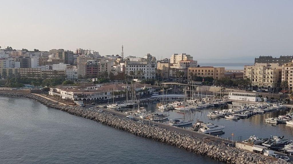 """Herido """"muy grave"""" un joven migrante tras caer al vacío desde el techo del Puerto de Ceuta"""