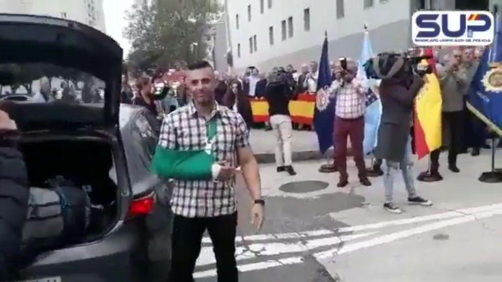 Un centenar de personas reciben en A Coruña al policía herido en Cataluña