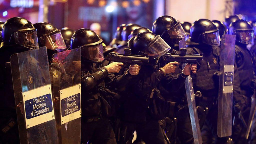 Agentes antidisturbios apuntan con pelotas de goma hacia los manifestantes