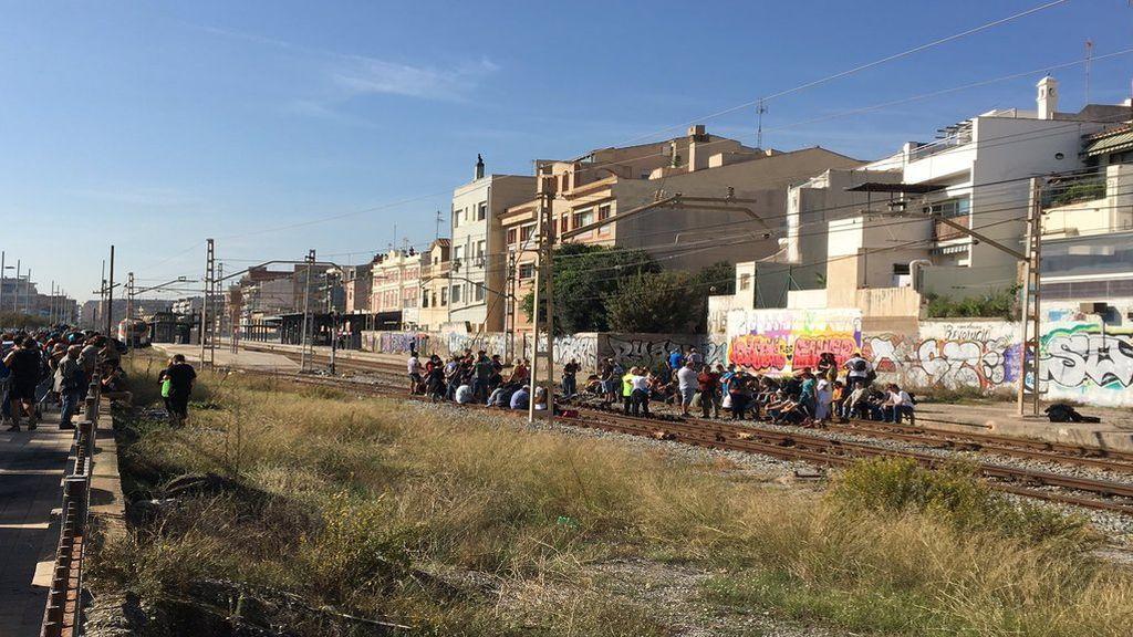 Manifestantes cortan las vías de la estación de Badalona