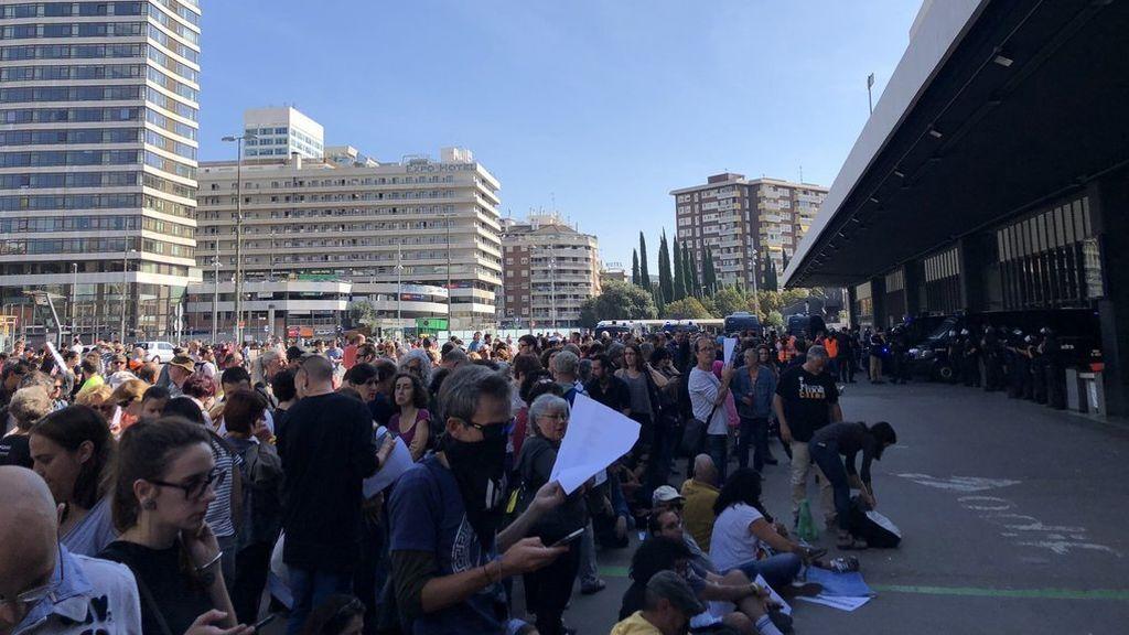 Los manifestantes se concentran delante de la estación de Sants