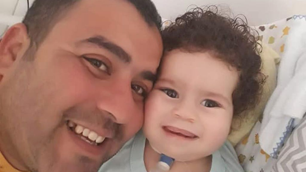 Muere un niño de 2 años después de que su padre gastase las donaciones recibidas para tratar la enfermedad del menor