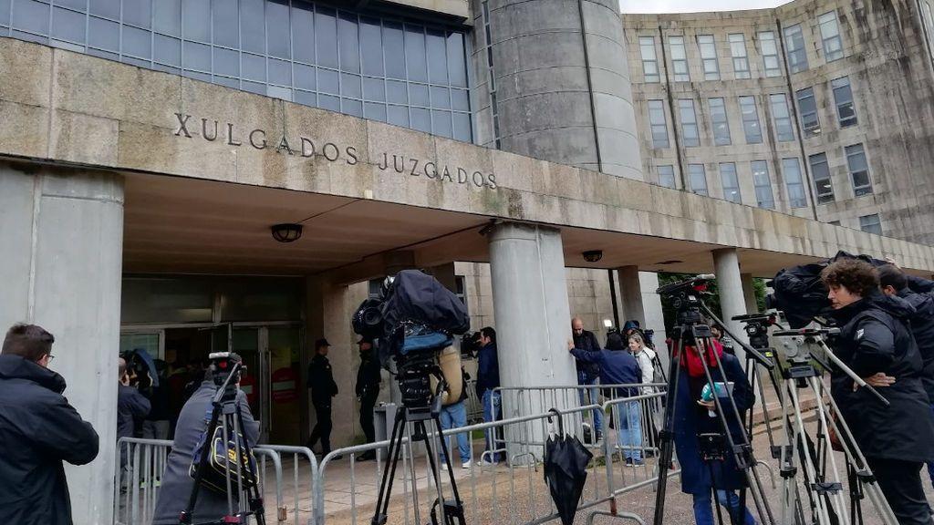 Expectación a las puertas de los juzgados de Santiago de Compostela