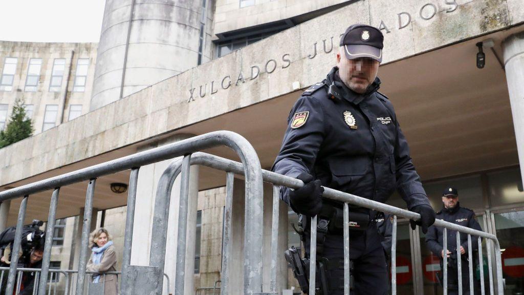 Agentes de la Policía Nacional, a la puerta de los juzgados de Santiago de Compostela