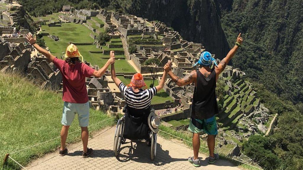 Llevan en brazos a su amigo parepléjico durante 6 horas para que cumpla su sueño: visitar Machu Pichu