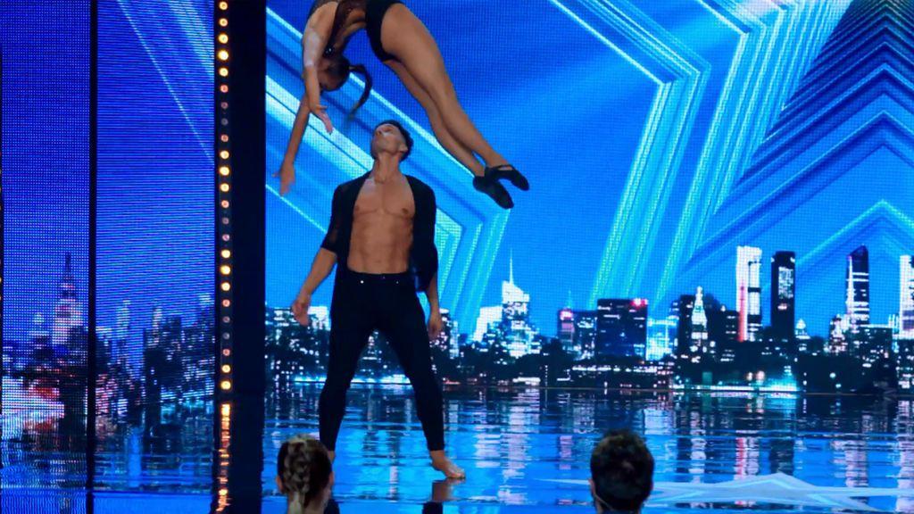 Levi y Estrellan dejan con la boquiabierta a todos con su sensual y flexible coreografía acrobática