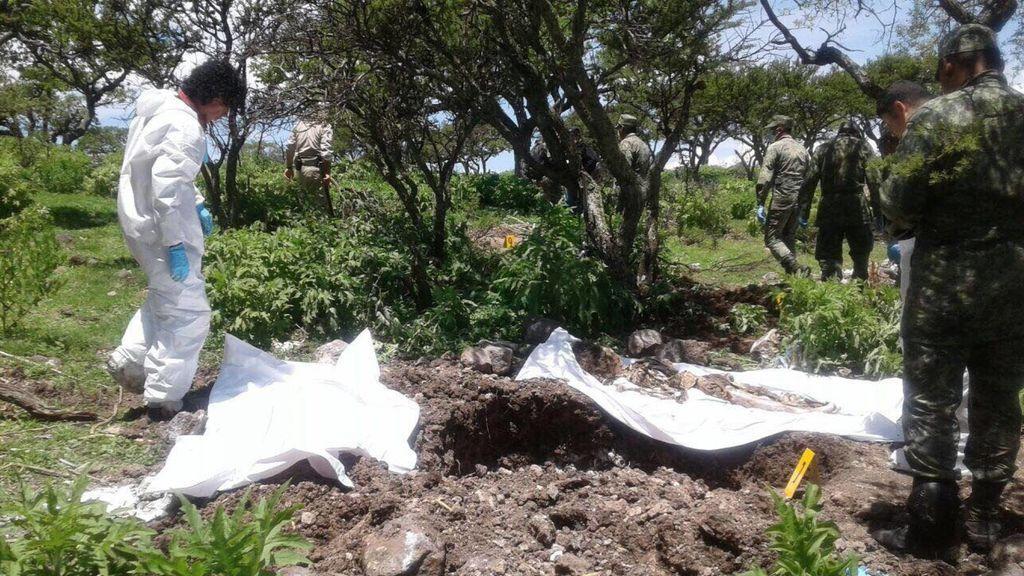 Hallan 42 cuerpos en una fosa clandestina en el noroeste de México