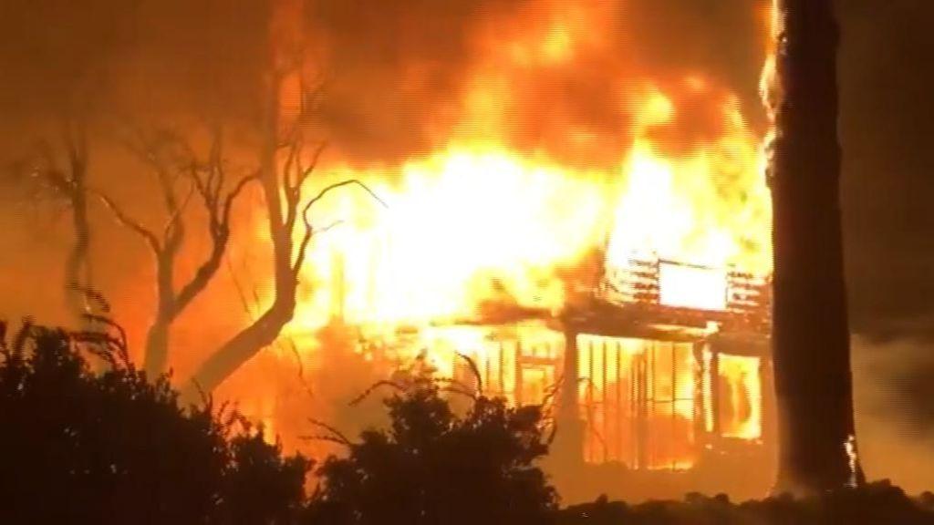 Arde California: 180.000 evacuados por las llamas