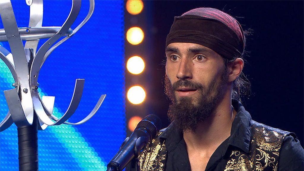 El artista de circo, Aram Semperviren, cautiva al jurado haciendo increíbles malabares con un perchero