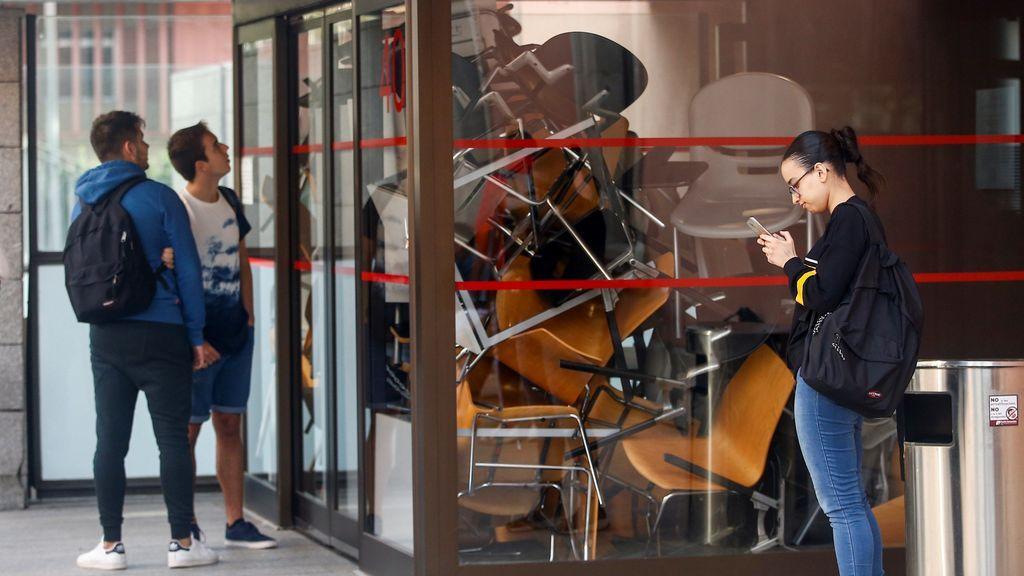 Los estudiantes catalanes en huelga bloquean las puertas de la Universidad Pompeu Fabra