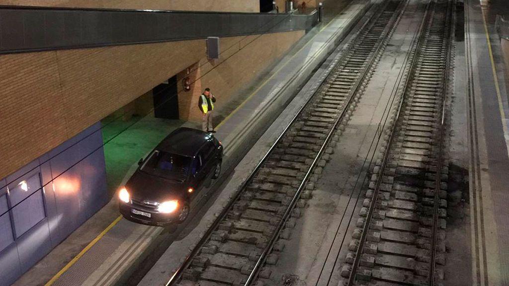 Circula con su coche por la vía férrea hasta llegar a la estación de Sevilla