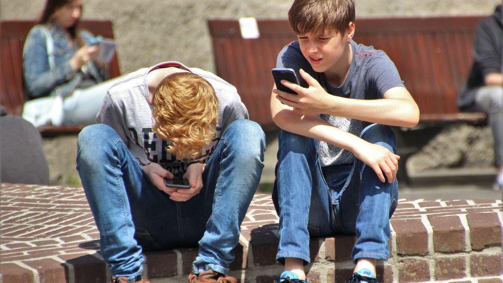 El contrato entre padres e hijos para regular el uso del móvil que propone la Policía Nacional