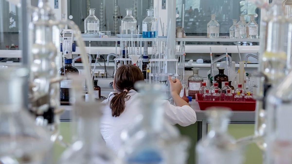 Una asistente de laboratorio contrae un virus genéticamente modificado de viruela al intentar inyectárselo a un ratón