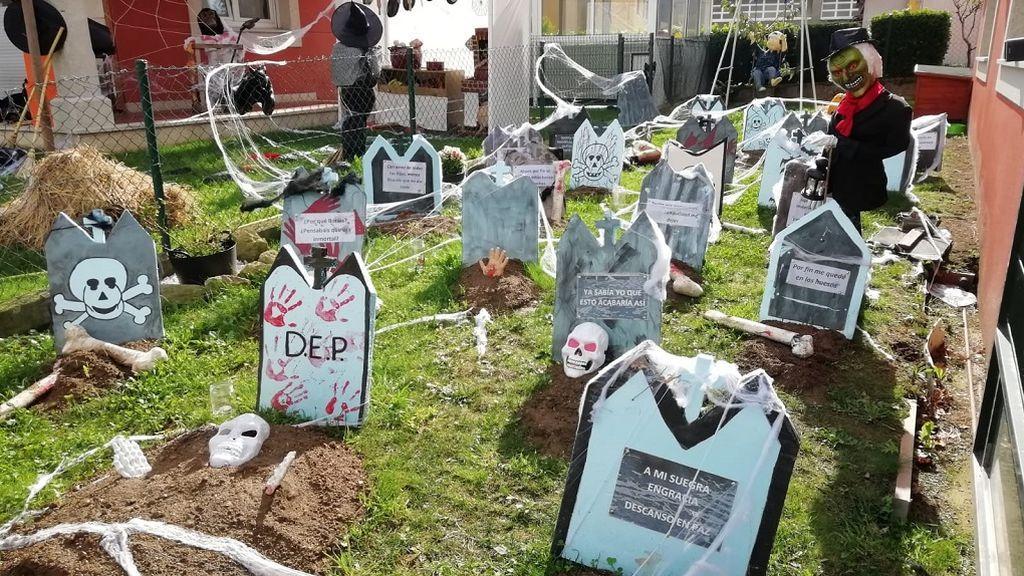 Sandra, Bea y Luis han llenado el jardín de sus casas de lápidas