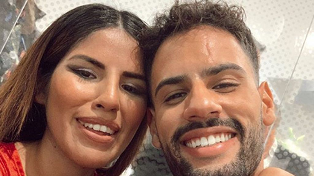 """Isa Pantoja posa con el hiyab en su viaje a Emiratos Árabes con Asraf: """"Venir aquí ha sido la mejor elección"""""""