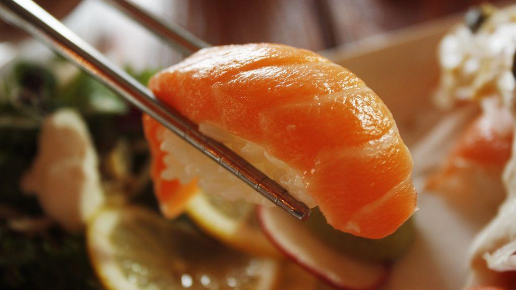 No se prepara con salmón y se puede comer con la mano: diez cosas que  no sabías del sushi