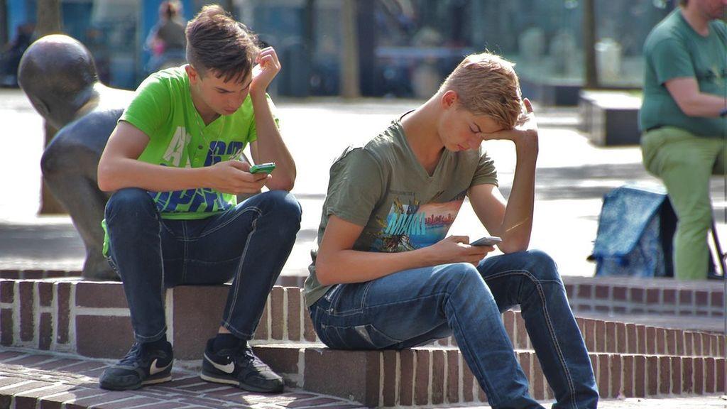Descubren una línea de sexo telefónico en el reverso de su carnet de estudiante al llamar a emergencias