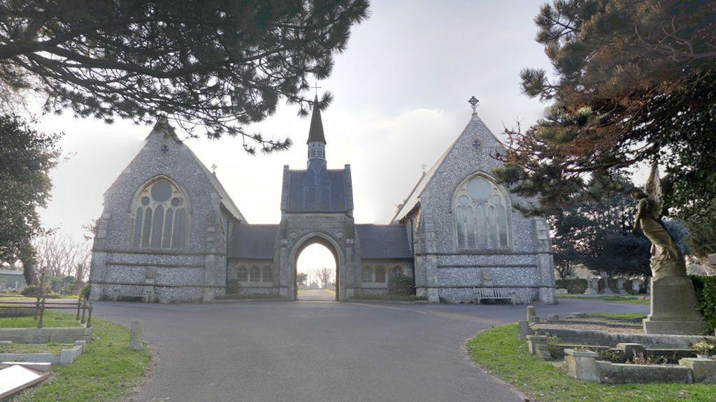 Buscan al hombre que violó a una mujer en un cementerio