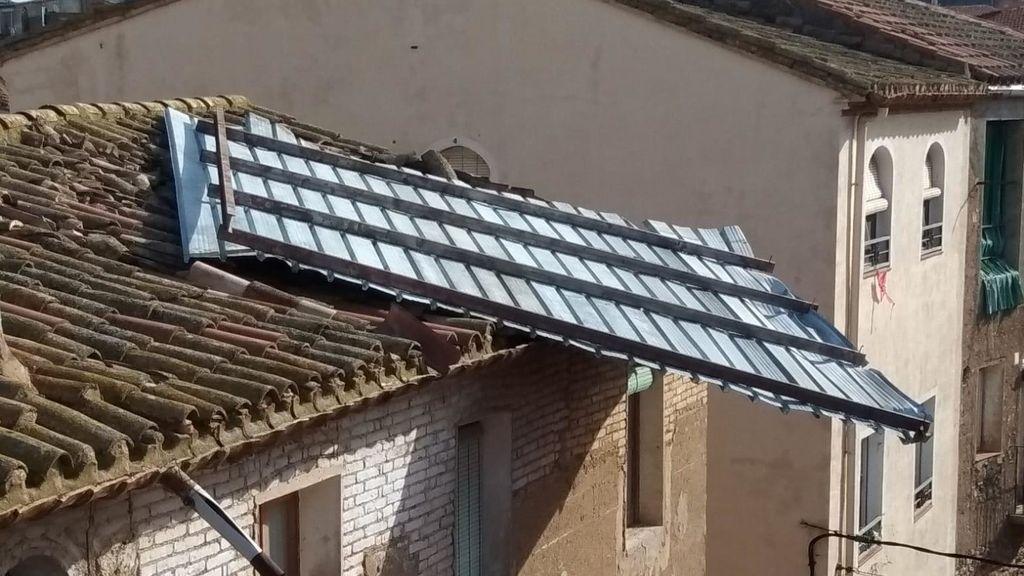 Un tejado de chapa sale volando en Cataluña