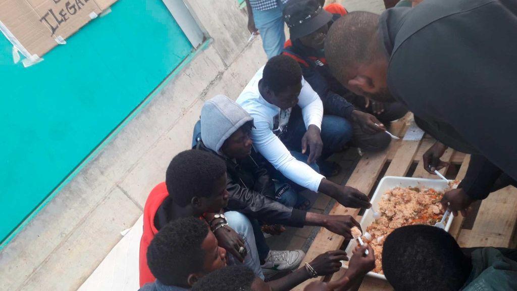 Sin solución para los migrantes acogidos en el campo de fútbol de Lepe