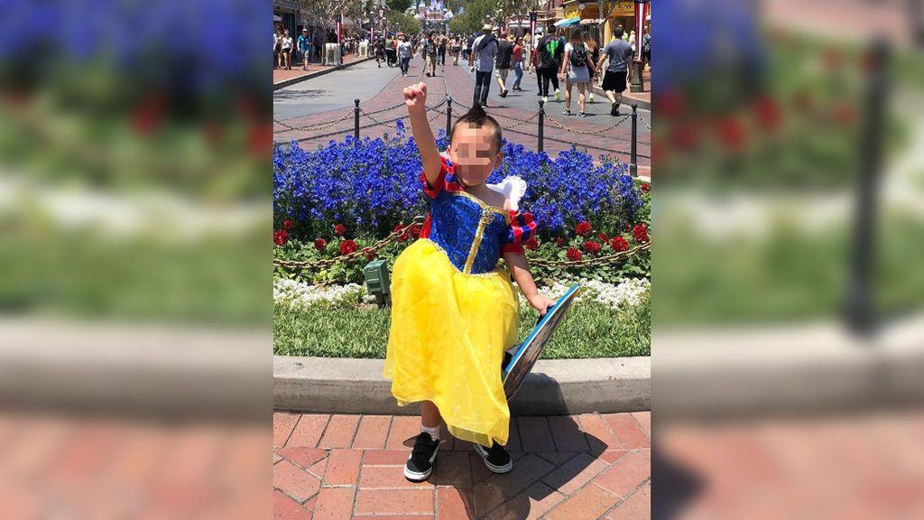 Con cuatro años, Evan rompe con los estereotipos y cumple su sueño de vestirse de princesa