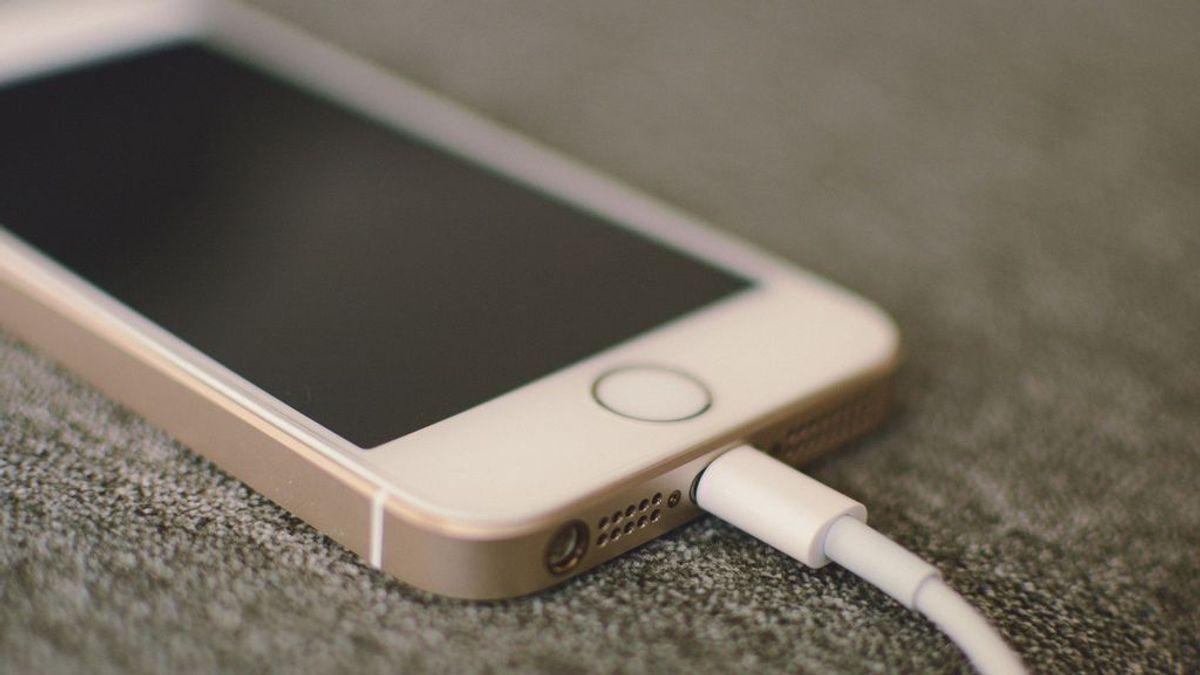Una niña de 17 años muere electrocutada al tocar el cable que cargaba su teléfono