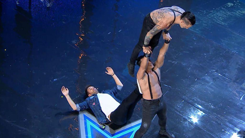El 'Dúo Forza' combina la fuerza de las acrobacias con un espectáculo de humor y hace que Dani Martínez sea su tercer integrante