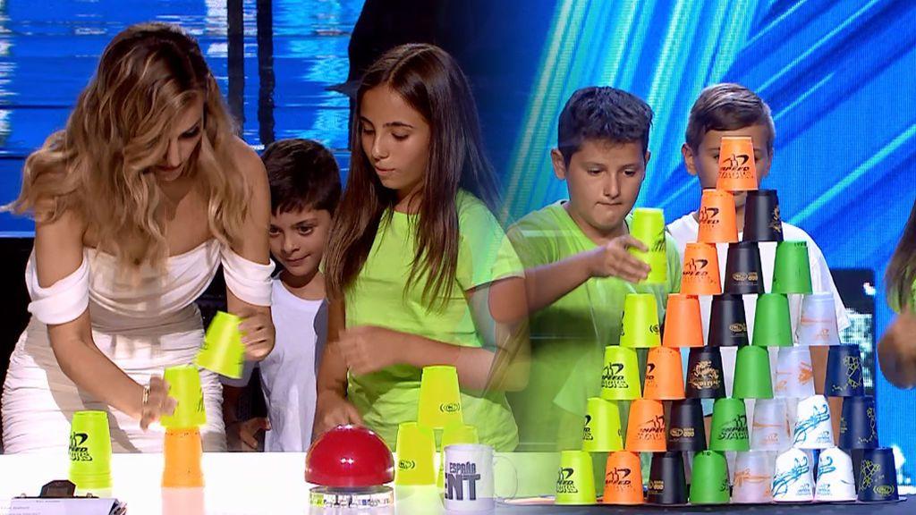 'Los Stackers' enseñan a Edurne lo complicado que es hacer pirámides con vasos