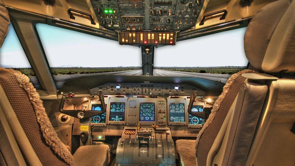 Un piloto ha sido suspendido por dejar a una pasajera tomarse una foto en la cabina en pleno vuelo