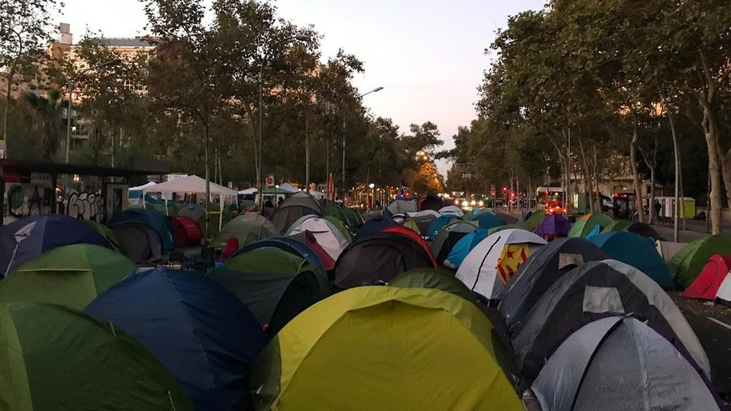 La Junta Electoral Provincial mantiene la acampada independentista en plaza Universitat