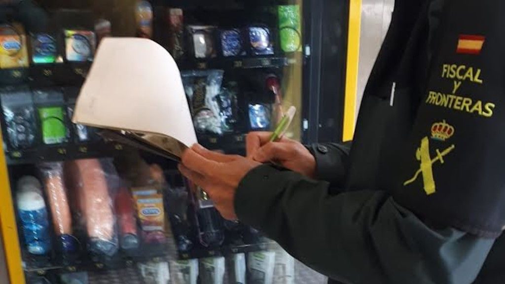 Consoladores y otros productos eróticos, al alcance de los niños en expendedoras de Pontevedra