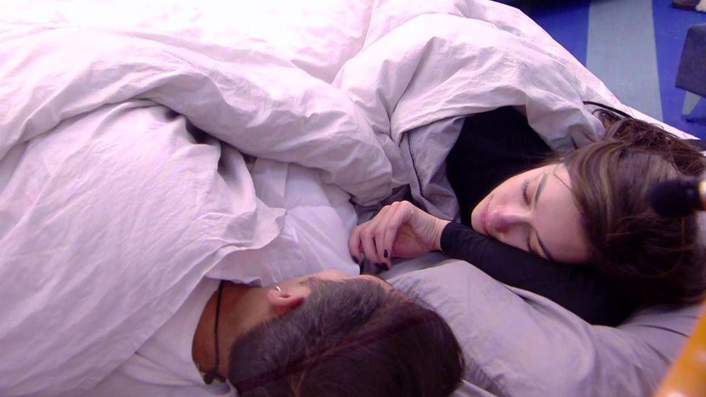 """El 'toqueteo' de Adara y Gianmarco bajo las sábanas: """"Estás loco"""""""